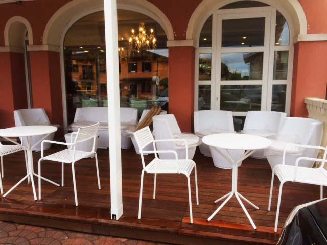 tavoli e sedie da esterno in spazio piccolo
